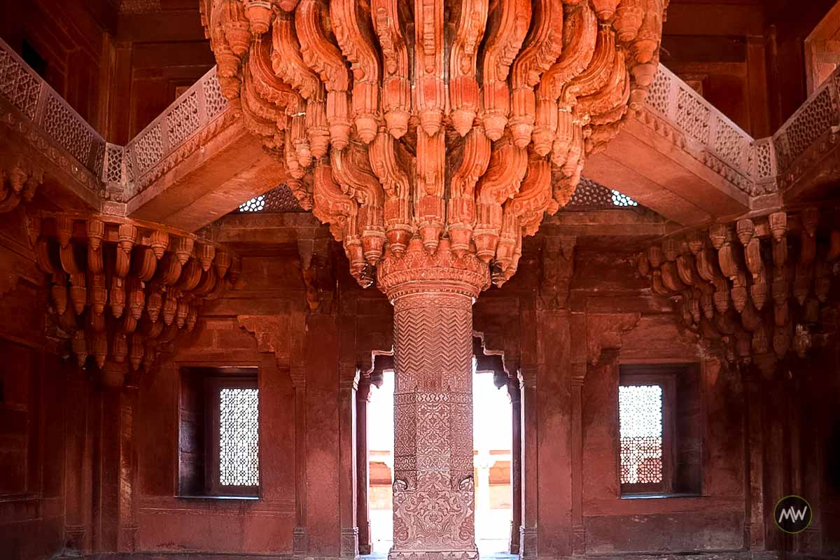 A beautiful column inside the Diwan-e-khas at Fatehpur Sikri